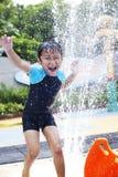 Agua feliz del juego del muchacho en waterpark Fotos de archivo