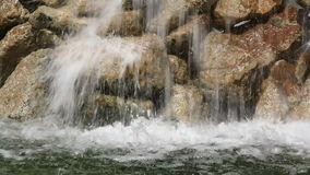 Agua fluído en las fuentes almacen de video