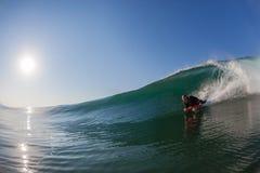 Agua-foto de cristal de la onda del Cuerpo-huésped que practica surf  Fotos de archivo