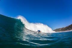 Agua-foto de la onda de la vuelta de la parte inferior de la persona que practica surf Fotos de archivo