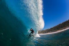 Agua-foto hueco grande de la onda de la persona que practica surf que practica surf Foto de archivo