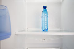 Agua fría en un dejar de lado en el refrigerador Foto de archivo