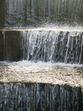 Agua fría que fluye abajo de los pasos de progresión de piedra Imágenes de archivo libres de regalías