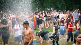 Agua gay feliz de la fuente de la cámara lenta de la muchedumbre de LGBT almacen de metraje de vídeo
