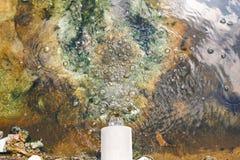 Agua hacia fuera del dren Fotos de archivo