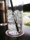 Agua helada y café imagen de archivo