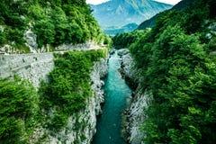 Agua hermosa en el río de Soca, Eslovenia foto de archivo libre de regalías