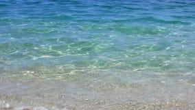 Agua hermosa y clara en una playa metrajes