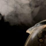 Agua hirvienda de la caldera de cristal Imagen de archivo libre de regalías