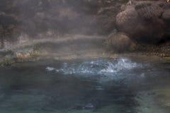 Agua hirvienda de la piscina caliente natural geotérmica Imagen de archivo