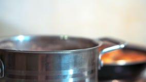 Agua hirvienda en cocinar el pote almacen de video