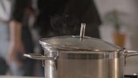 Agua hirvienda en estufa almacen de metraje de vídeo