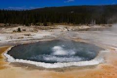 Agua hirvienda en la piscina con cresta del parque nacional de Yellowstone Fotos de archivo