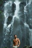 Agua Hombre sano con el cuerpo atractivo cerca de la cascada Atención sanitaria Fotografía de archivo libre de regalías