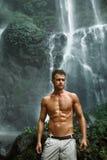 Agua Hombre sano con el cuerpo atractivo cerca de la cascada Atención sanitaria Imagen de archivo libre de regalías