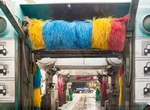 Agua jabonosa del túnel de lavado del espray auto de la máquina al coche en el proceso de lavado foto de archivo