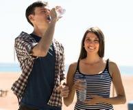 Agua joven de la bebida de los pares Imagen de archivo libre de regalías
