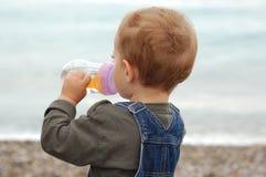 Agua joven de la bebida del muchacho Fotografía de archivo libre de regalías