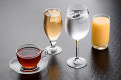 agua, jugo, té, limonada en vidrio Foto de archivo