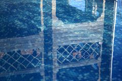 Agua limpia, clara, azul en la piscina en el territorio de la cabaña fotografía de archivo