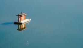 Agua lisa flotante portátil del oasis de Shasta del lago restroom foto de archivo