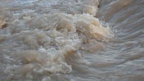 Agua marrón de ebullición Flujos de corriente potentes del agua abajo con hacer espuma almacen de metraje de vídeo