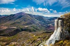 Agua minéral thermique d'EL de Hierve de ressort, formations de roche naturelles i photographie stock