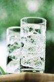 Agua mineral chispeante con los icecubes Fotografía de archivo libre de regalías