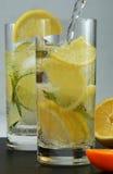 Agua mineral del Detox con la cal y el limón imágenes de archivo libres de regalías