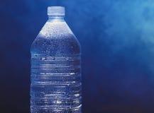 Agua mineral en botella Imagen de archivo