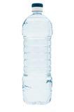 Agua mineral en la botella plástica, aislada en blanco Imagenes de archivo