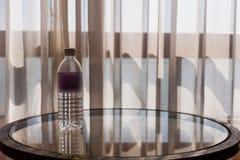 Agua mineral en la tabla fotos de archivo