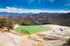 Agua mineral termal del EL de Hierve de la primavera en Oaxaca, México imagenes de archivo