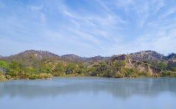 Agua, montaña y cielo azul Fotos de archivo