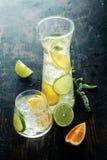 Agua Mouthwatering del limón en la tabla de madera Imagen de archivo