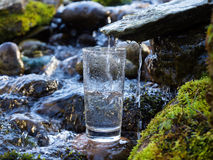 Agua natural en un vidrio Foto de archivo libre de regalías