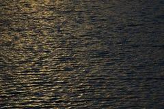 Agua ondulada Superficie del lago, colores calientes foto de archivo libre de regalías