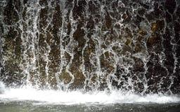 Agua parada de la cascada imagenes de archivo