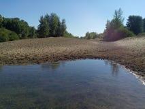Agua poco profunda de la playa arenosa del río de Kumachka Fotos de archivo libres de regalías