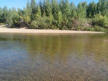 Agua poco profunda de la playa arenosa del río de Kumachka Fotografía de archivo libre de regalías