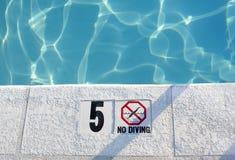 Agua poco profunda en piscina Fotografía de archivo libre de regalías