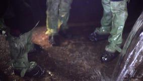 A agua potável é derramada da tubulação waste plástica video estoque