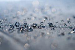 A agua potável deixa cair o macro foto de stock