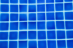 agua potável em uma piscina azul Imagens de Stock