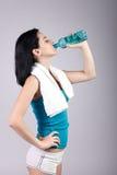 Agua potable apuesta de la mujer joven Imagenes de archivo