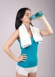 Agua potable apuesta de la mujer joven Fotografía de archivo libre de regalías