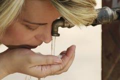 Agua potable caucásica de la mujer joven Imagenes de archivo