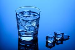 Agua potable con los cubos de hielo foto de archivo