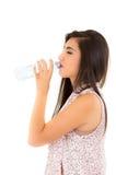 Agua potable de la chica joven hermosa de un plástico Imágenes de archivo libres de regalías