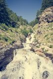 Agua potable de la montaña que fluye abajo de una corriente Imagen de archivo libre de regalías